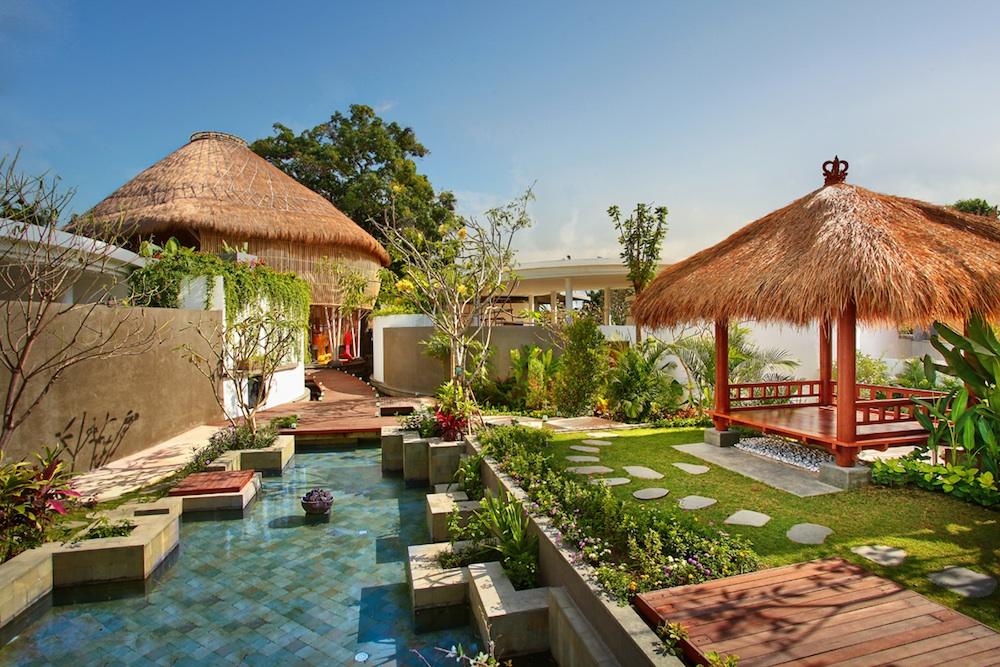 THe lush gardens of delMango.