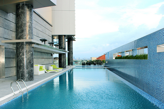 The rooftop pool of the Pullman Saigon.