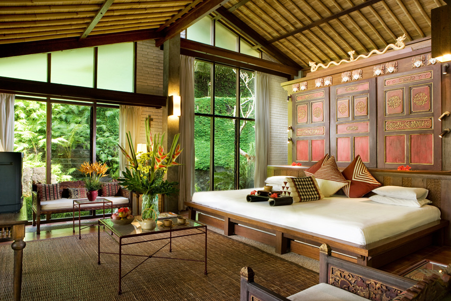 Guests at the Chedi Club Tanah Gajah go to the private residence of Indonesian designer and art collector Hendra Hadiprana for their art experience.
