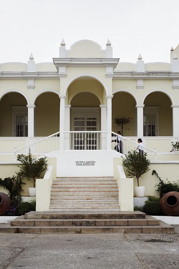 Astrid y Gaston inhabits a 300-year-old mansion.