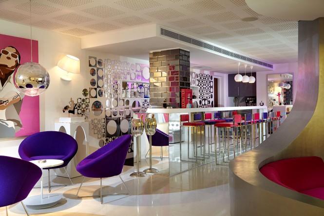 16 pop! lounge bar - DJ to bar counter