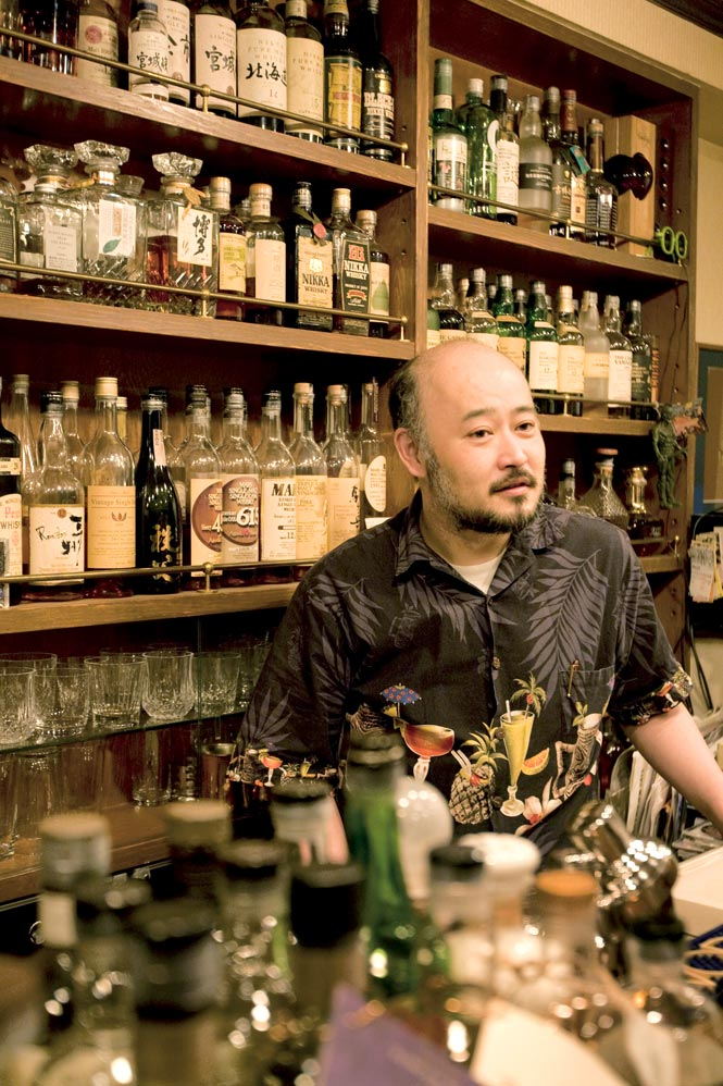Tsushi Horigami behind the bar at Zoetrope in Shinjuku.