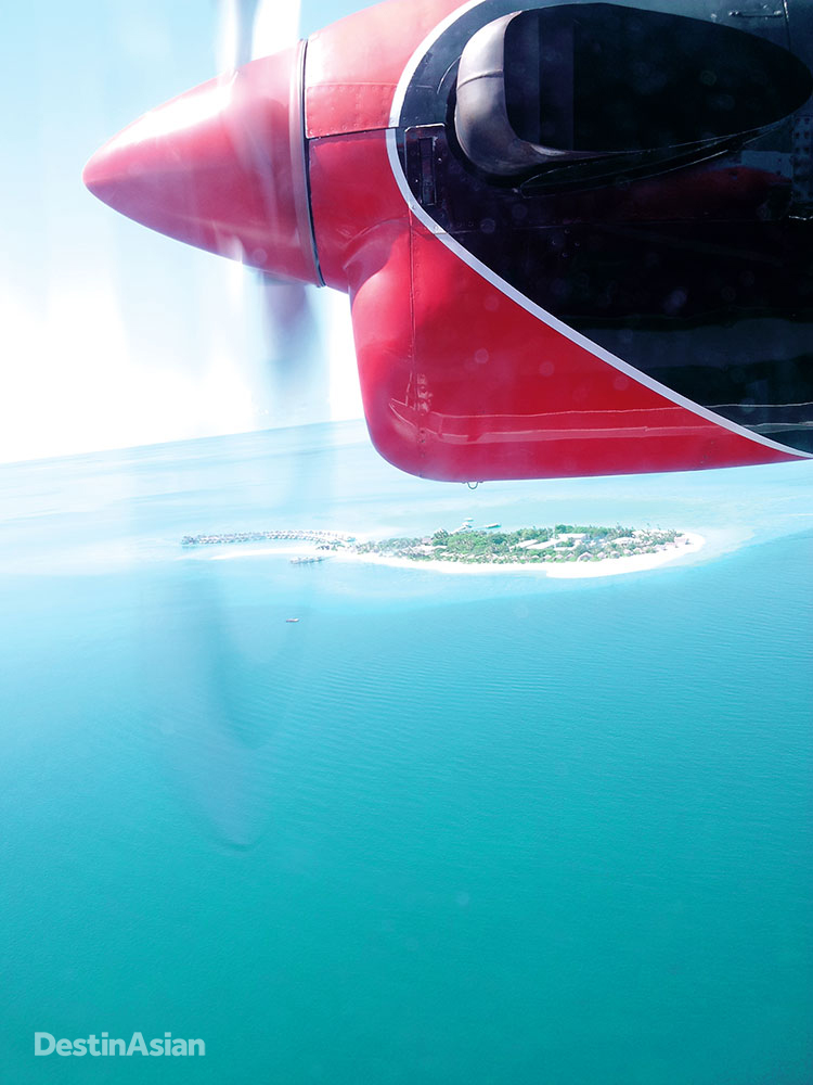 A view of Maamigili from the window of an approaching seaplane.