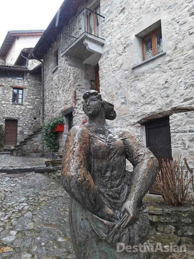 A bronze sculture in Brè Village.
