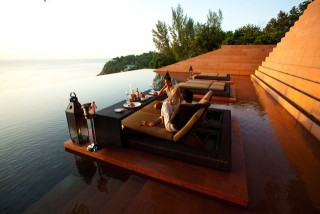 Alfresco dining at the infinity pool.