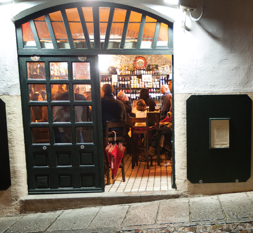 A rainy night makes for a busy bar in Cáceres.