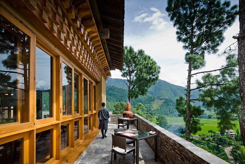 Uma is also close to the fortress-monastery Punakha Dzong.