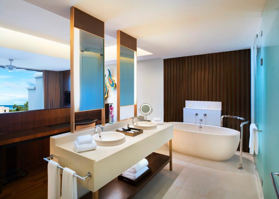 A Classic Pool Suite bathroom.