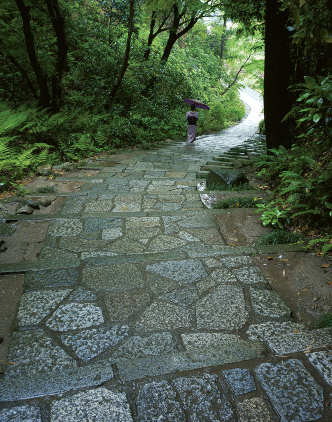 A flagstone path amid the sloping grounds of Engaku-ji temple.