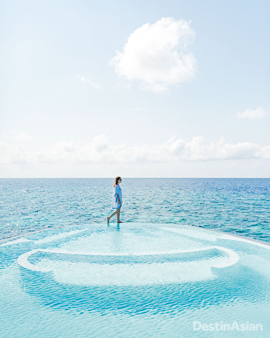 The hydrotherapy pool at the St. Regis Maldives Vommuli Resort's iridium Spa.
