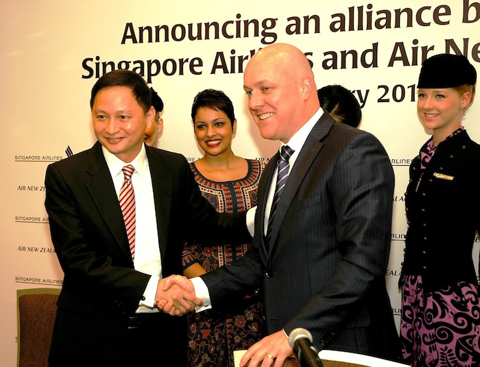 Singapore Airlines CEO Goh Choon Phong and Air New Zealand CEO Christopher Luxon at the alliance signing ceremony.