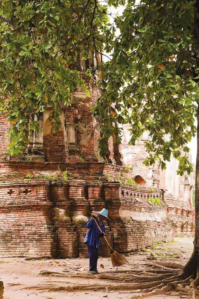 A groundskeeper at Wat Mahathat.