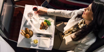 Qatar's chefs and a master of wine create the business and first class menu with attention to the changed taste at 30,000 feet.