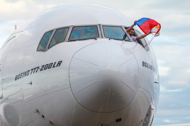 Emirates' inaugural flight to Clark International arrives in the Philippines.