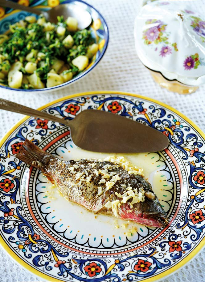 Red snapper with garlic and olive oil, one of the classic Goan recipes served at the Palácio.