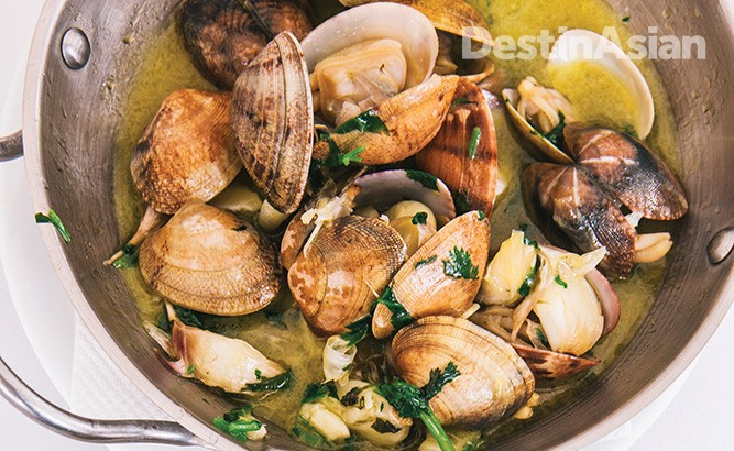 Restaurant Mar do Inferno in Cascais serves up some of the finest seafood around, including a memorable rendition of clams Bulhao Pato.