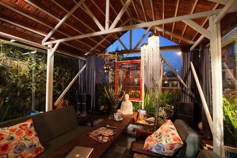 Cục Gạch Quán's rooftop dining terrace.