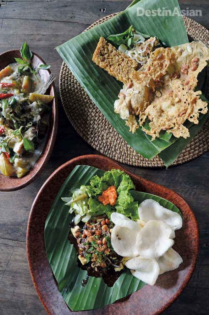 An assortment of Javanese dishes--including local specialties pecel and kotokan kutuk--served up at Tugu Blitar.