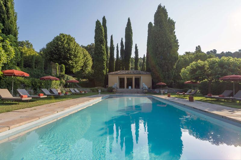 Domaine de la Baume has a heated pool.