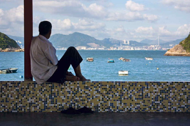 Enjoying the view from a beachfront pavilion in the cove of Tung Wan, Peng Chau. Photo by the writer.