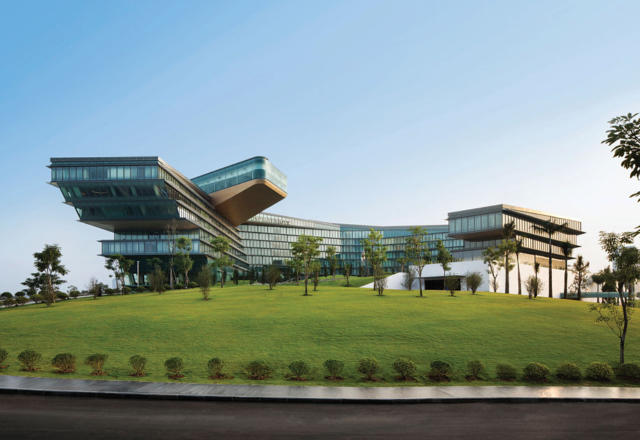 Ecuadorian architect Carlos Zapata has given the JW Marriott Hanoi a post-modern look.