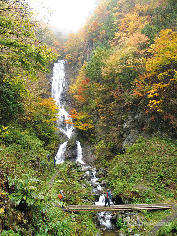 The road to the Kaida Plateau takes walkers past Karasawa Falls, a 100-meter cascae at the foot of Jizo Pass.