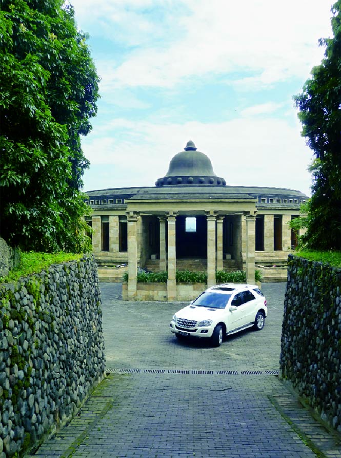 The ML350 idling in front of Amanjiwo's main rotunda, which perfectly frames Borobudur through its central sight line.
