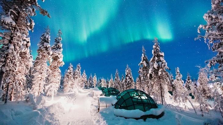 The aurora borealis seen over Kakslauttanen Arctic Resort's glass igloos. (Photo: Valtteri Hirvonen)