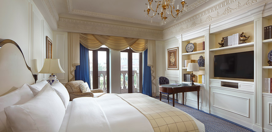 The Ritz-Carlton, Tianjin exudes old-word opulence with white-paneled walls, chandeliers, and stone balconies.