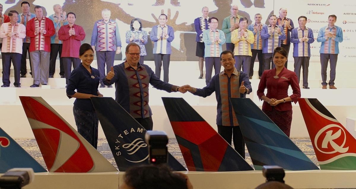 SkyTeam managing director Michael Wisbrun and CEO of Garuda Emir Satar.