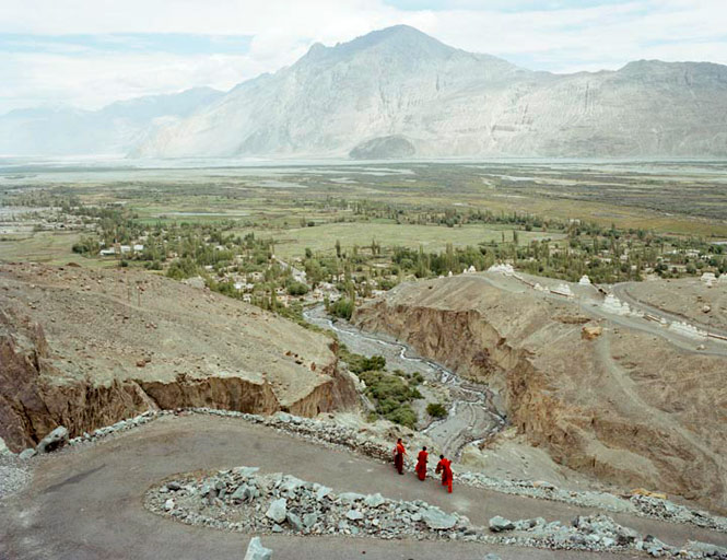 Monks on the road leading to Sumur.