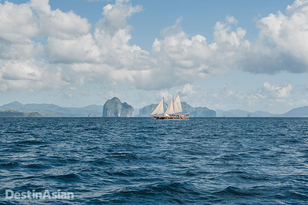 The Balatik sailing through the islands of Bacuit Bay.