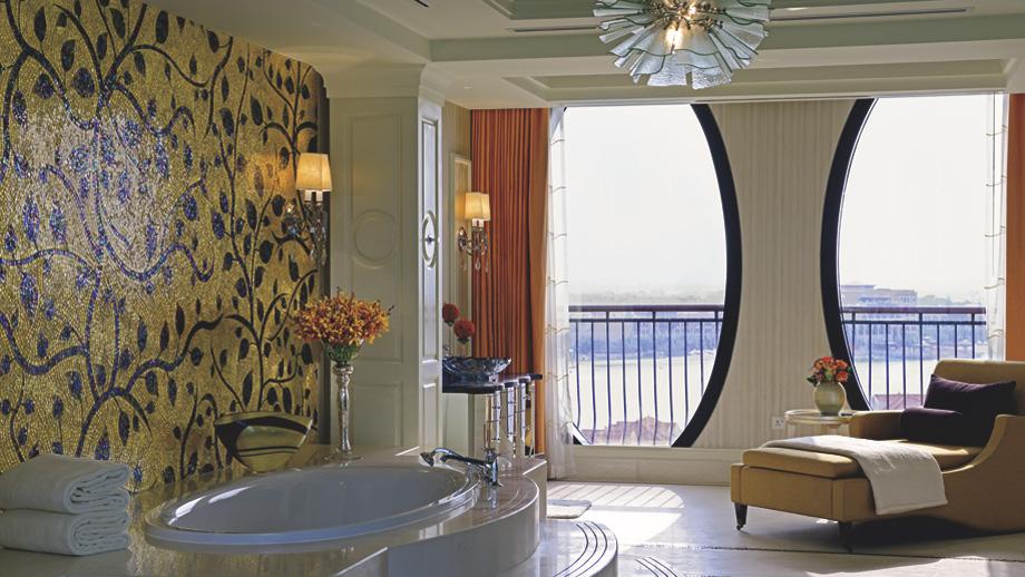 A Signature Royal Suite bathroom.