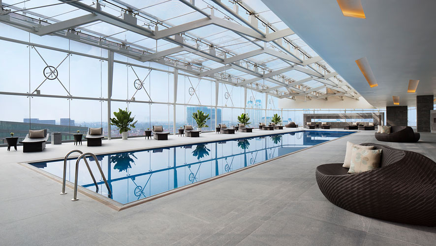 The eighth-floor swimming-pool deck juts out dramatically above the hotel's porte cochere.