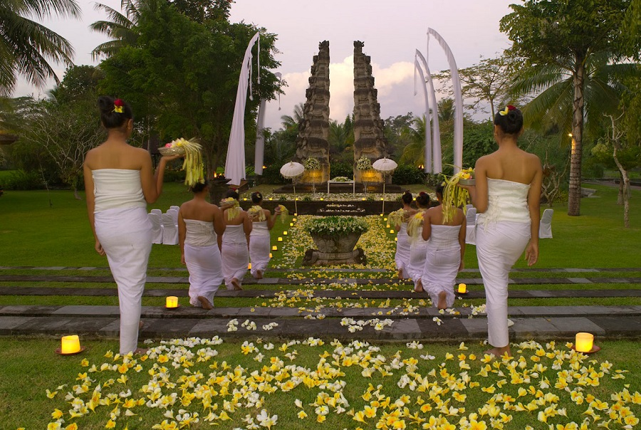 At The Legian Bali, couples can choose to incorporate local traditions into their program.