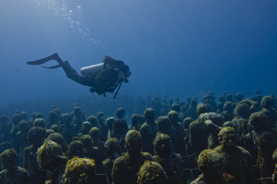 Jason deCaires Taylor's work, The Silent Evolution, which consists of 400 individual statues modeled after Mexican citizens.