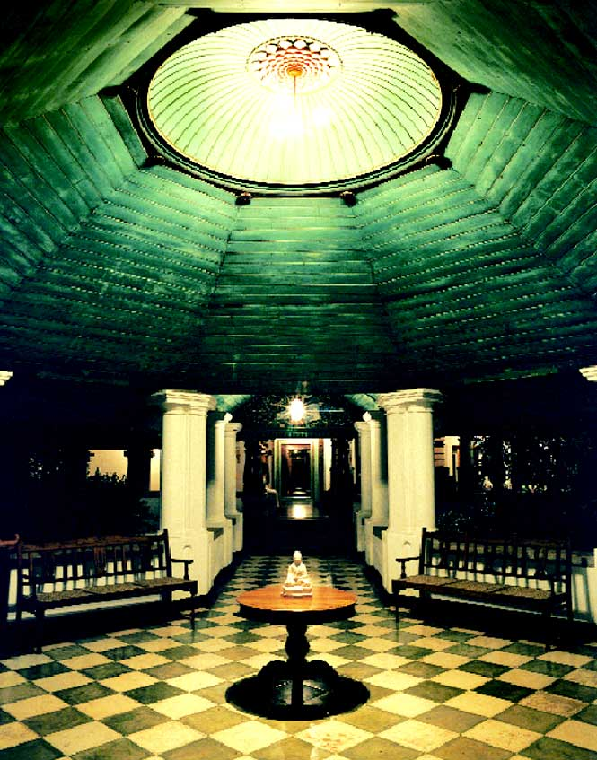 The main corridor connecting the two wings of the palace.