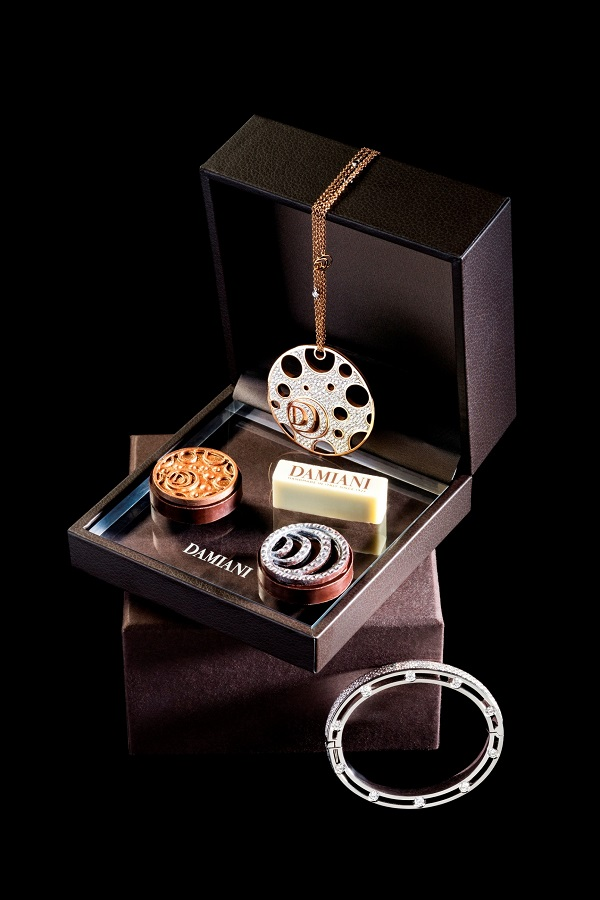 A box of petit fours depicts a jewelry box.
