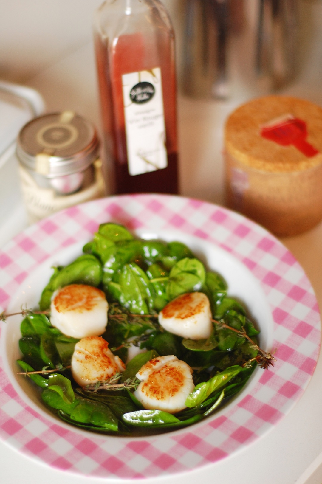 Seared scallops with baby spinach, made at L'atelier Cuisine De Patricia.