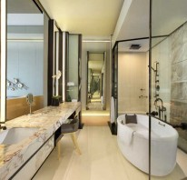 Grand Deluxe Bathroom - Magnificent bathroom in dramatic interior.