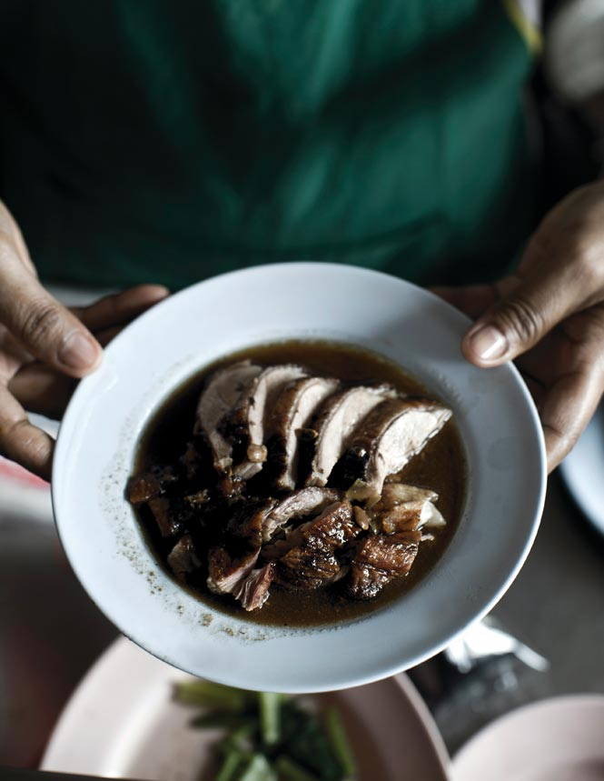 Roast duck in scallion broth is a specialty at Jibgi Ped Yang, one of the city's oldest and most popular vendors of the dish.