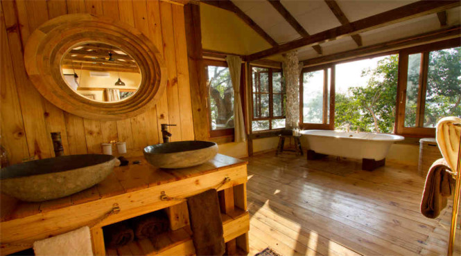 Dog House's bathroom. The tub on the right is placed right next to a window which offers views of the Zambezi River.