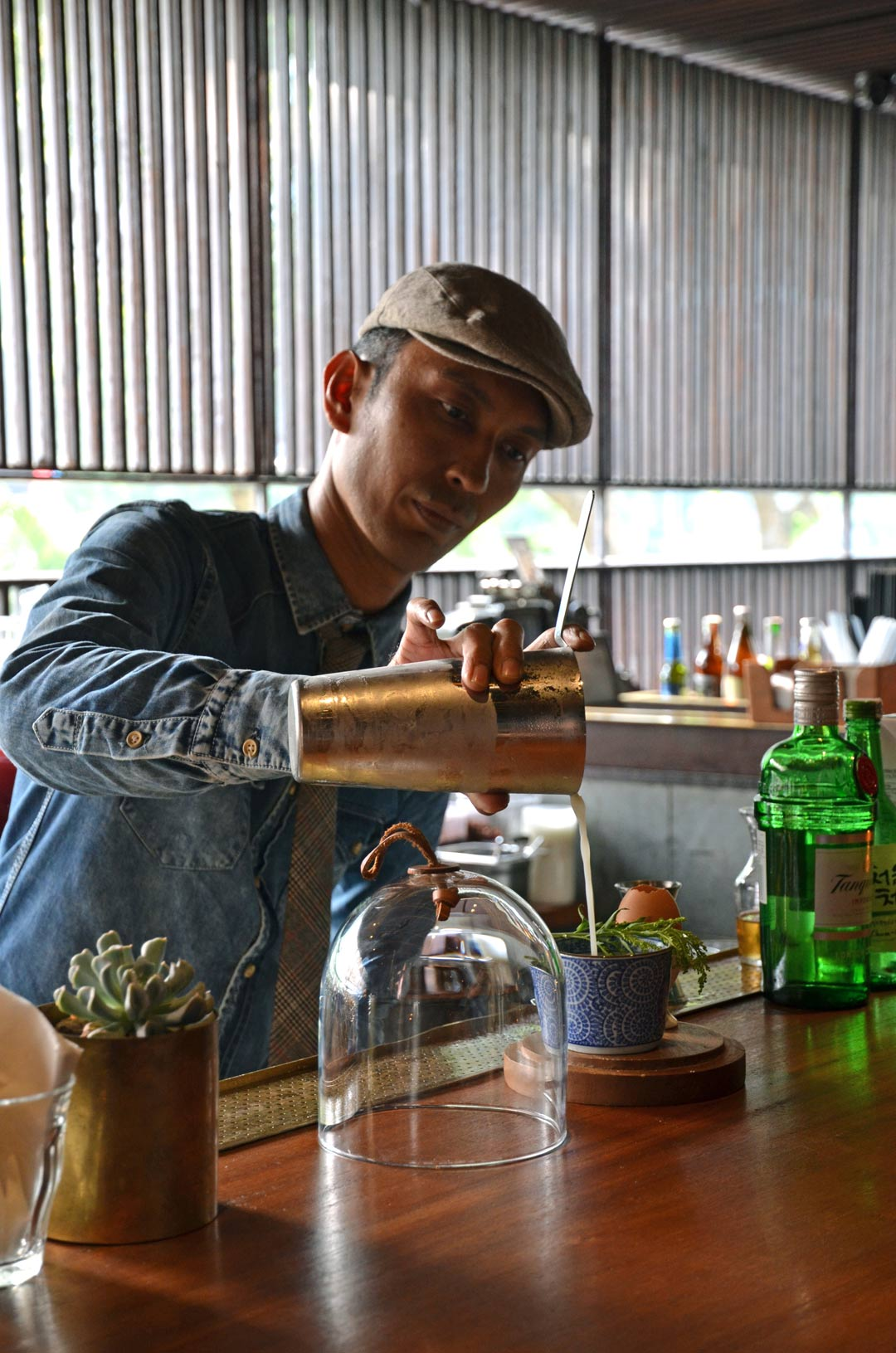 The Dutch's head mixologist preparing a Lemon Haze. (Photo: James Louie)