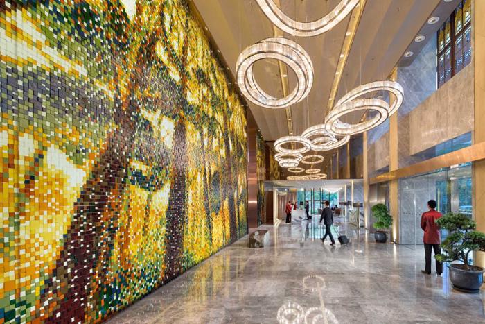The elegant and artsy lobby of Mandarin Oriental Pudong.