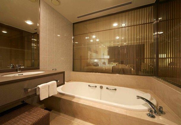 The deep bath at the Prince Sakura.