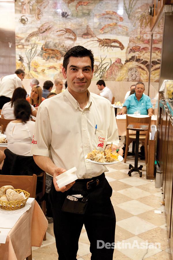 A waiter at Cervejaria Ramiro.