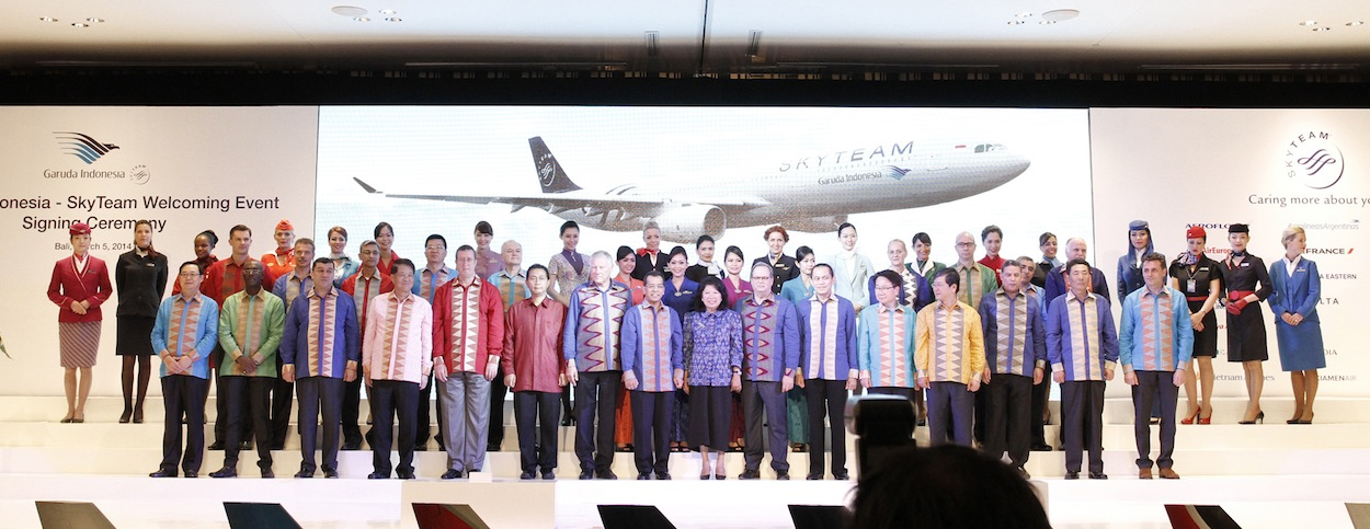 The members of the SkyTeam alliance along with Tourism and Creative Economy Minister Mari Elka Pangestu.